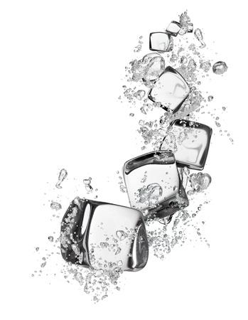 cubos de hielo: Cubos de hielo aislados sobre fondo blanco