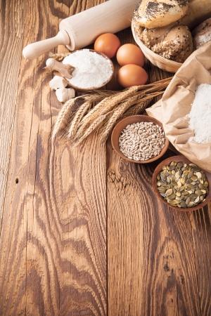 gourmet dinner: Varios ingredientes tradicionales de la cocina para la preparaci�n de pan Foto de archivo