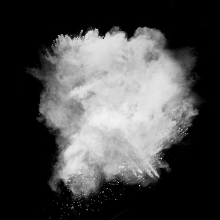 黒の背景に分離した白い粉塵爆発の動きを凍結します。 写真素材