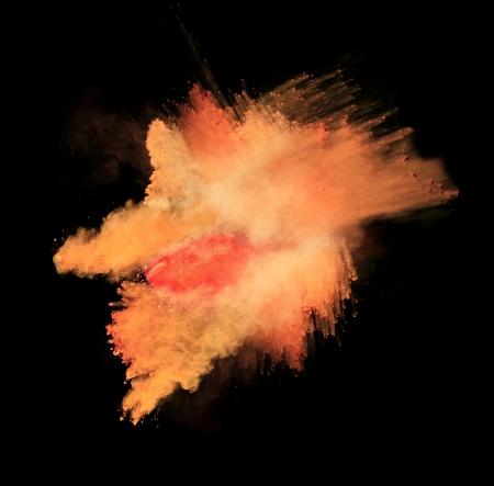 staub: Freeze-Bewegung von farbigen Staub Explosion auf schwarzem Hintergrund isoliert