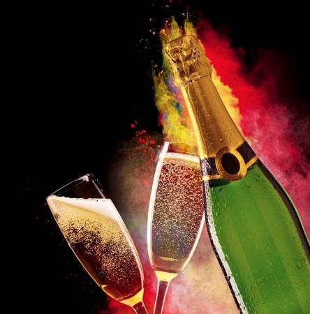 Glazen champagne met botlle op zwarte achtergrond