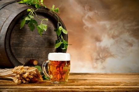 Biervat met een glas bier en onscherpte