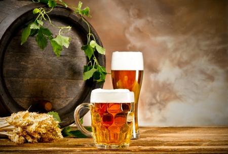 Biervat met glazen bier Stockfoto