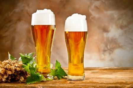 Beer keg with glasses of beer Imagens