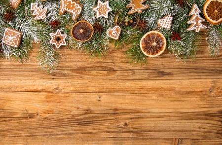Noël encore la vie avec des biscuits de pain d'épice traditionnelles sur bois Banque d'images - 23385297