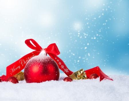 weihnachtsschleife: Weihnachtsschmuck auf Schnee mit Unsch�rfe abstarct Hintergrund