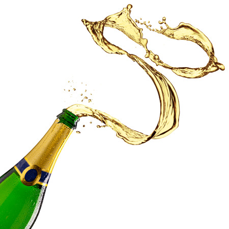 botella champagne: Botella de champagne con salpicaduras en el fondo blanco