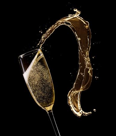 Glas champagne met splash, geïsoleerd op zwart Stockfoto