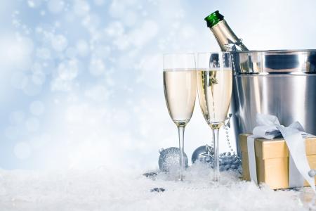 brindisi spumante: Bicchieri di champagne con la decorazione