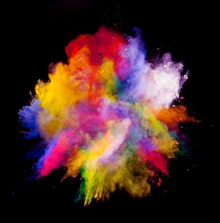 Freeze beweging van gekleurde stofexplosie geïsoleerd op zwarte achtergrond