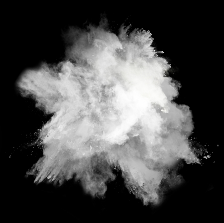 黒の背景に分離された白い粉塵爆発の動きを凍結します。 写真素材