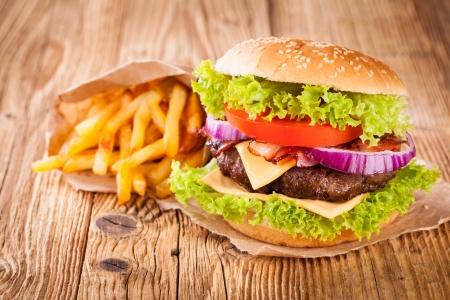 hamburguesa: Deliciosa hamburguesa en la madera Foto de archivo