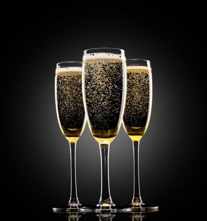brindisi champagne: Bicchieri di champagne su sfondo nero Archivio Fotografico