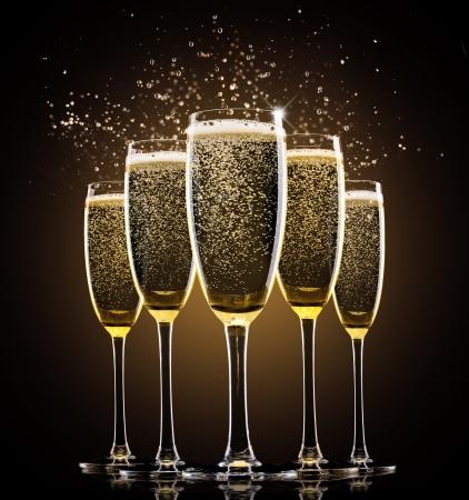 coupe de champagne: Verres de champagne sur fond noir