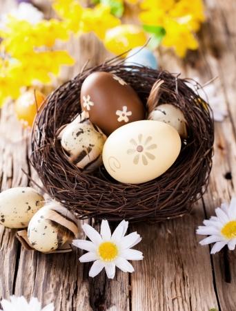 Ostern Stilleben mit traditionellen dekorativen Eier im Nest Standard-Bild