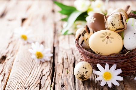 madera r�stica: Pascua Bodeg�n con huevos decorativos tradicionales en el nido