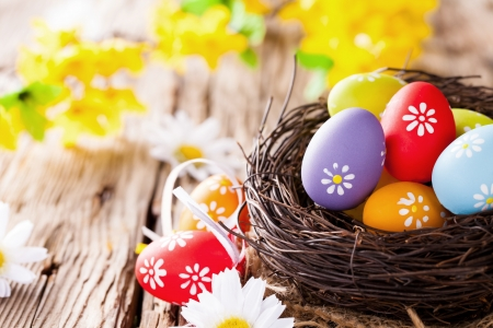 Easter still life with traditional decorative colored eggs in nest Imagens