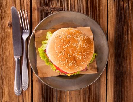 pomme: Delicious hamburger on wood