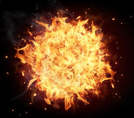 黒の背景に分離された火球