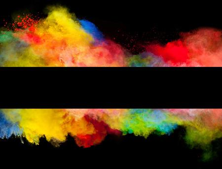 splatter: Congelar el movimiento de explosión de polvo de color en forma de raya, aislado en el fondo negro