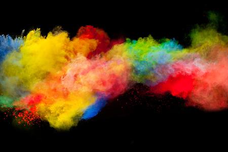 Bevriezen beweging van gekleurde stofexplosie geïsoleerd op zwarte achtergrond