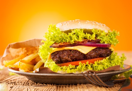 pomme: Hamburger on wood