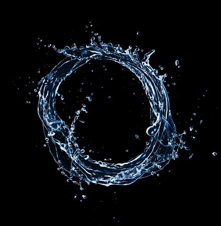 gocce di acqua: Cerchio d'acqua isolato su fondo nero Archivio Fotografico