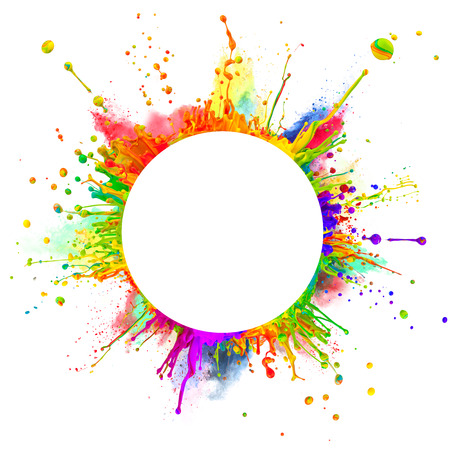 Super macro shot de salpicaduras de pintura de colores y el baile de polvo en las ondas de sonido en forma redondeada, con espacio libre para el texto aislado en el fondo blanco