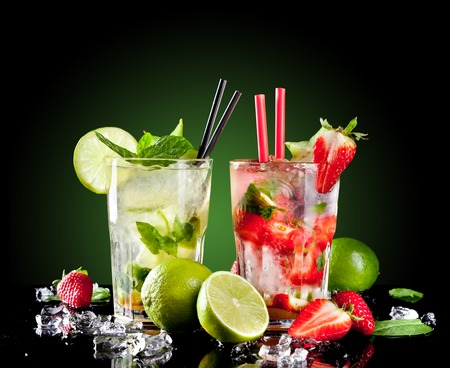 Studio shot of fresh mojito drinks with slime slices, isolated on black background 版權商用圖片