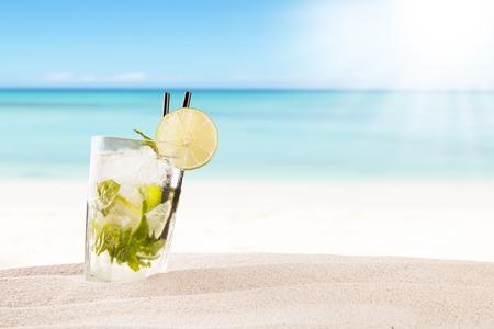 Exotische zomer drankje in zand, vervagen strand op de achtergrond Stockfoto