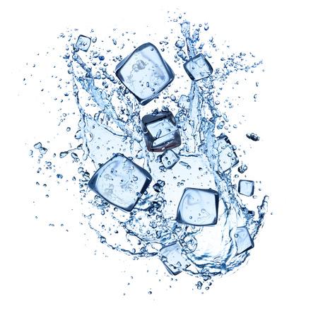 cubetti di ghiaccio: cubetti di ghiaccio con spruzzi d'acqua isolato su sfondo bianco Archivio Fotografico