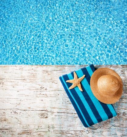 полотенце: Концепция летних аксессуаров по дереву с голубой водой в качестве фона Фото со стока