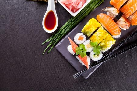 초밥 음식의 다양한 종류의 검은 돌에 봉사 스톡 콘텐츠