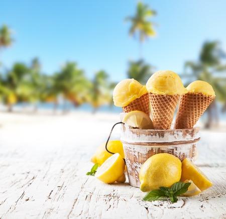 锥体的新鲜水果冰淇淋勺