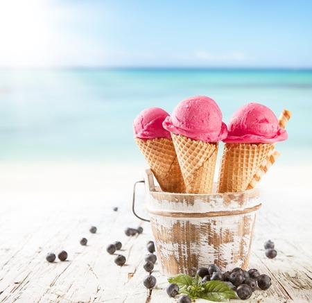 Vers fruit ijs scoops in kegels