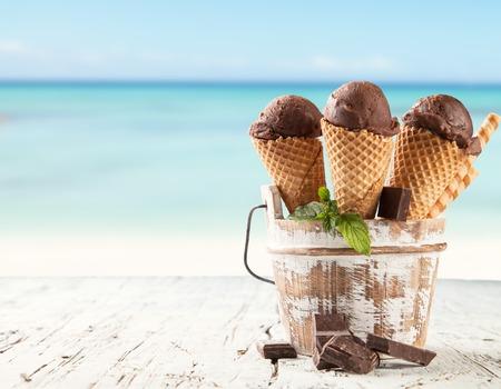 신선한 과일 아이스크림 콘에 삽