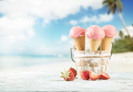 콘에서 신선한 과일 아이스크림 국자