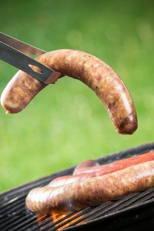 chorizos asados: Salchichas a la parrilla deliciosos ardiendo en fuego