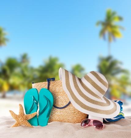 sommer: Sommer-Konzept mit Zubehör am Sandstrand