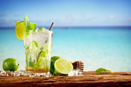 Zomerdranken met vervagen strand op de achtergrond Stockfoto