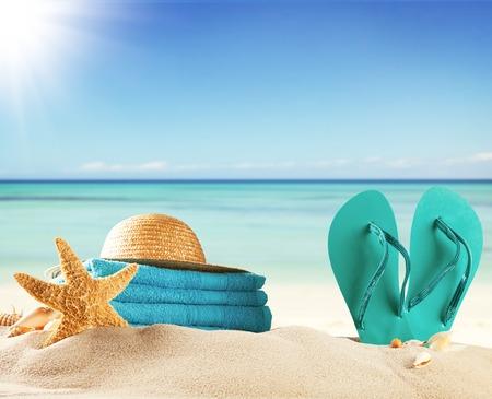 Sommer-Konzept mit Schwimmzubehör und Unschärfe Meer auf Hintergrund