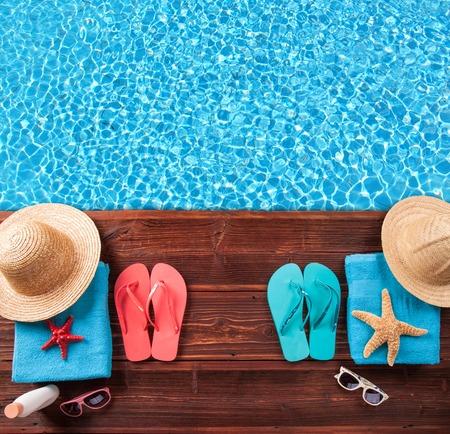 natacion: Concepto de accesorios de verano en la madera con agua azul Foto de archivo