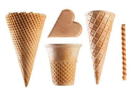 helados en cono: Conjunto de conos de helado de la galleta en el fondo blanco