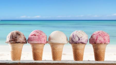 セットと木製デッキでフルーツ アイス クリームの様々 な種類のぼかしの背景に海