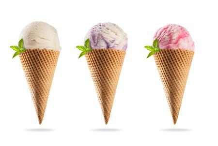 Set van verschillende soorten ijs in kegels, geïsoleerd op een witte achtergrond
