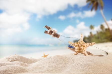 Zomer concept met zandstrand, schelpen en zeesterren Stockfoto