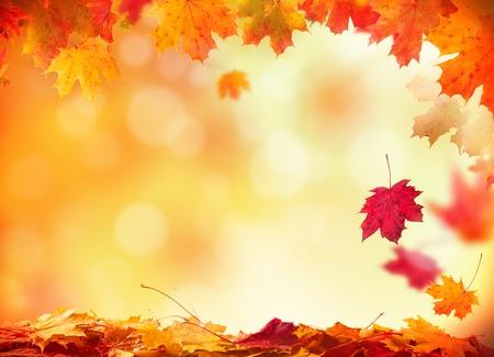Moody осенью фон с падающими листьями на деревянных досок