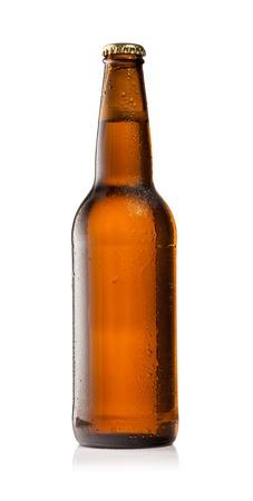 白い背景の上のビールの孤立したボトルのスタジオ写真
