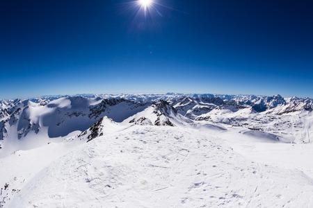 monta�as nevadas: Paisaje de invierno de pico con los Alpes nevados y el cielo azul