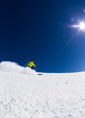 Sciatore alpino alpino, cielo blu su sfondo Archivio Fotografico - 31905750